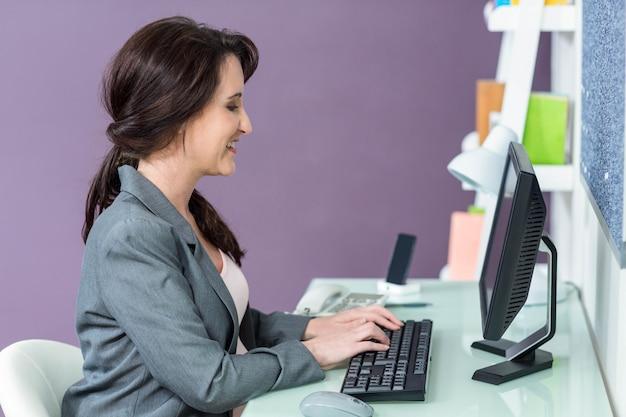 Retrato, de, sorrindo, mulher grávida, em, dela, computador