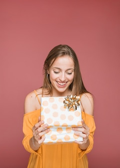 Retrato, de, sorrindo, mulher jovem, olhar, abertos, caixa presente