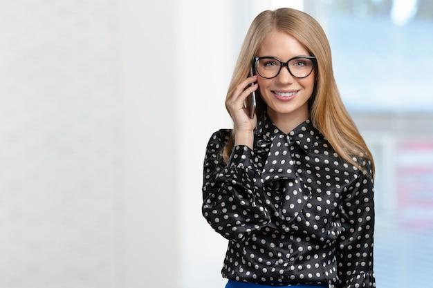 Retrato, de, sorrindo, mulher negócio, falando telefone