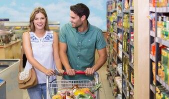 Retrato, de, sorrindo, par brilhante, comprando, alimento, produtos, em, supermercado