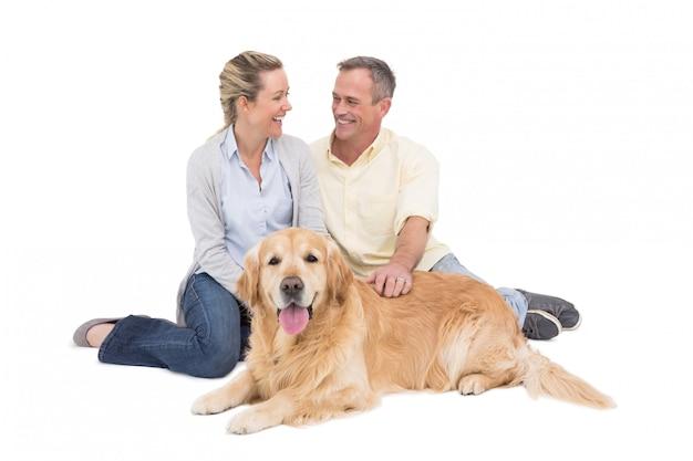Retrato, de, sorrindo, par, sentando, junto, com, seu, cão