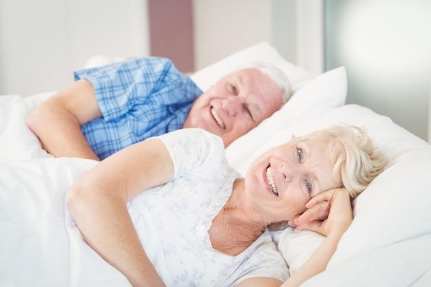 Retrato, de, sorrindo, par velho, relaxante cama