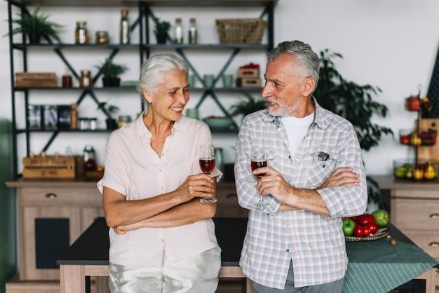 Retrato, de, sorrindo, par velho, segurando, copos de vinho, em, mão