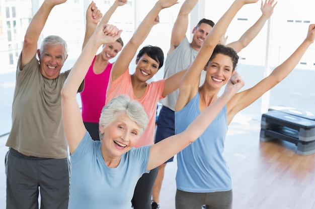 Retrato, de, sorrindo, pessoas, fazendo, poder, condicão física, exercício, em, classe ioga, em, condicão física, estúdio