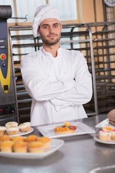 Retrato, de, sorrindo, trabalhador, atrás de, a, sobremesa, em, a, padaria