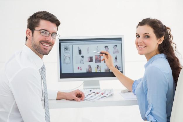 Retrato, de, sorrindo, trabalho equipe, usando computador