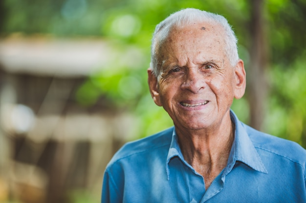 Retrato de sorrir mais velho agricultor masculino