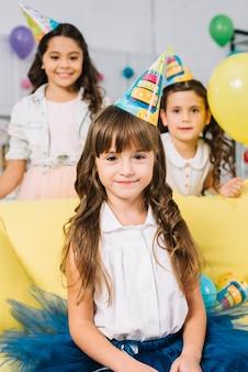 Retrato, de, sorrir, menina aniversário, com, borrão, amigos, estar, dela