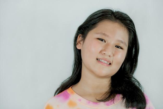 Retrato de sorriso feliz menina de criança de ásia isolada no fundo branco.