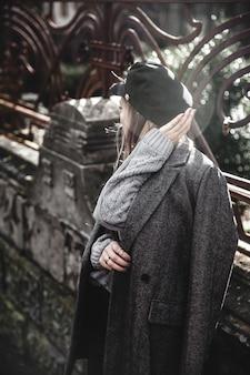 Retrato de streetstyle de jovem vestindo roupas de malha coloridas na rua. ao ar livre, rua, estilo de vida. conceito de freelance, diy criativo trabalhando e vivendo.