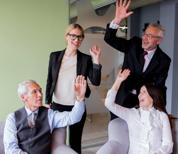 Retrato, de, sucedido, grupo negócio, waving, mãos, em, escritório