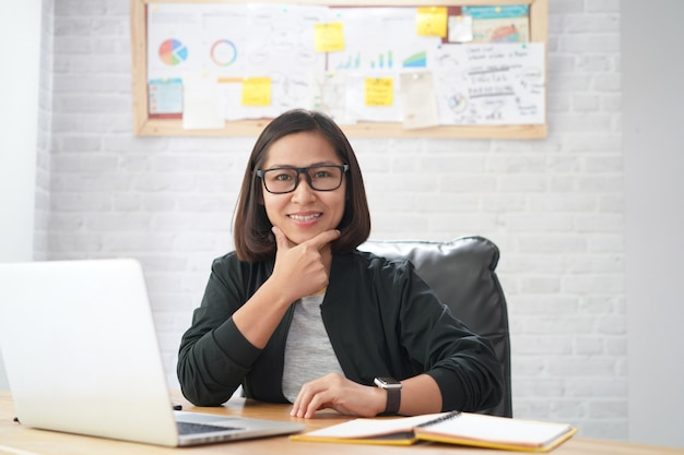 Retrato, de, sucedido, sorrindo, mulher asian, satisfeito, laptop, computador