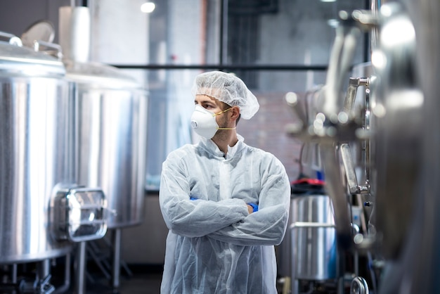 Retrato de tecnólogo profissional com uniforme de proteção, olhando para o lado