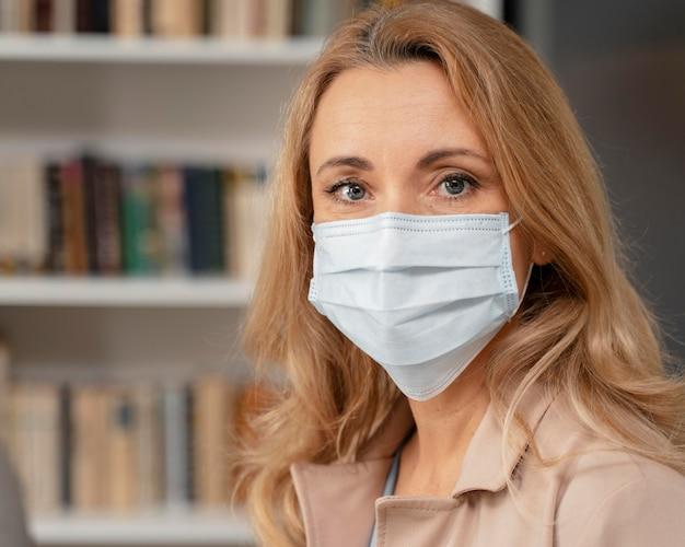 Retrato de terapeuta com máscara em consultório de terapia