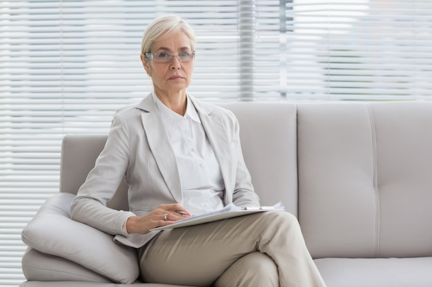 Retrato de terapeuta sentado no sofá