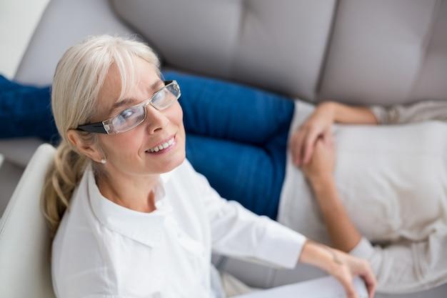 Retrato de terapeuta sorridente por mulher