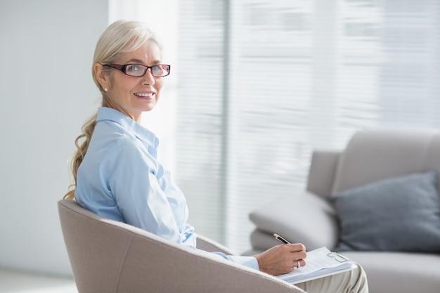 Retrato de terapeuta sorridente