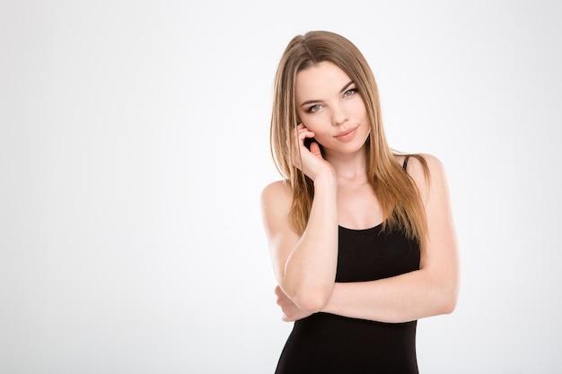 Retrato de terna adorável linda garota sorridente em top preto