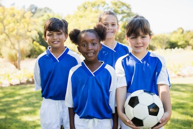 Retrato de time de futebol de crianças