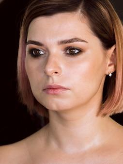 Retrato de tiro médio da senhora glamourosa