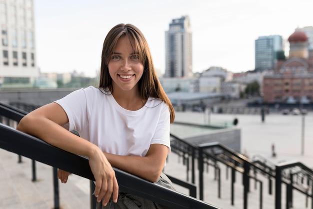 Retrato de tiro médio de uma mulher bonita posando na escada