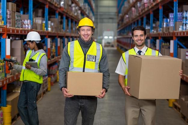 Retrato de trabalhador de armazém juntos