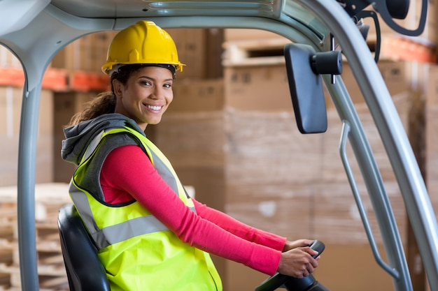 Retrato de trabalhador de armazém usando uma empilhadeira