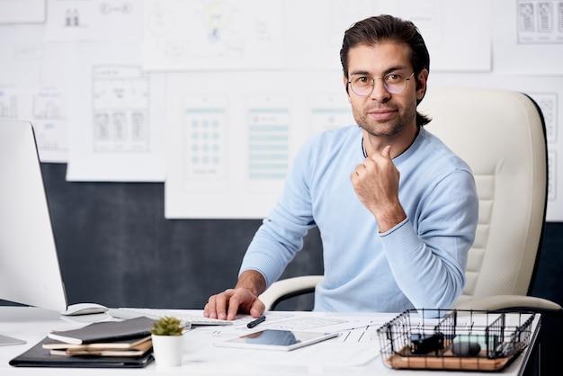 Retrato de trabalhador de escritório moderno