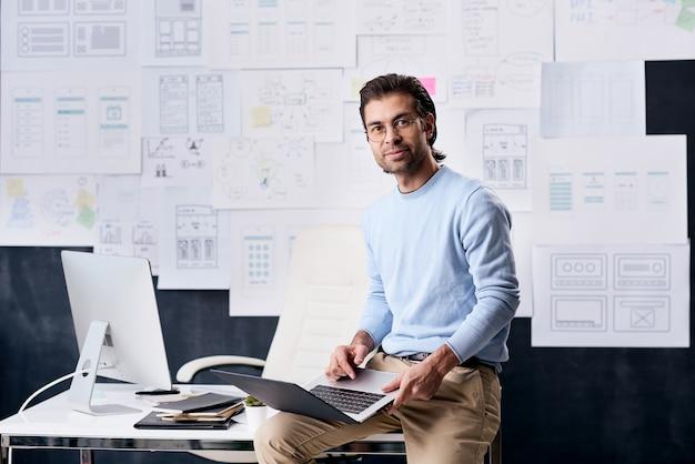 Retrato de trabalhador de escritório relaxado