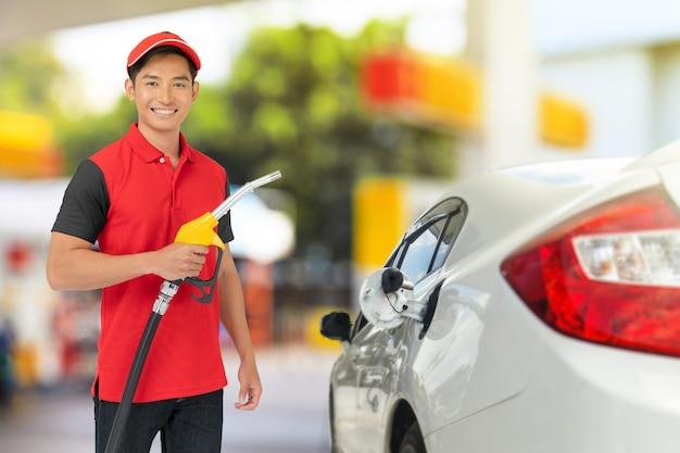 Retrato de trabalhador de posto de gasolina e serviço no posto de gasolina