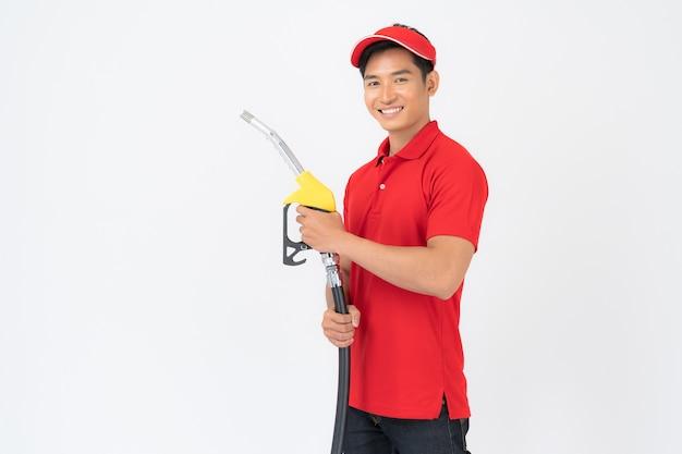 Retrato de trabalhador e serviço de posto de gasolina isolado no fundo branco