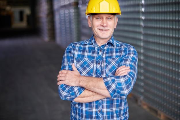 Retrato de trabalhador manual no armazém