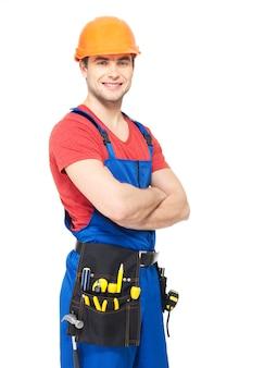 Retrato de trabalhador manual sorridente com ferramentas isoladas em branco
