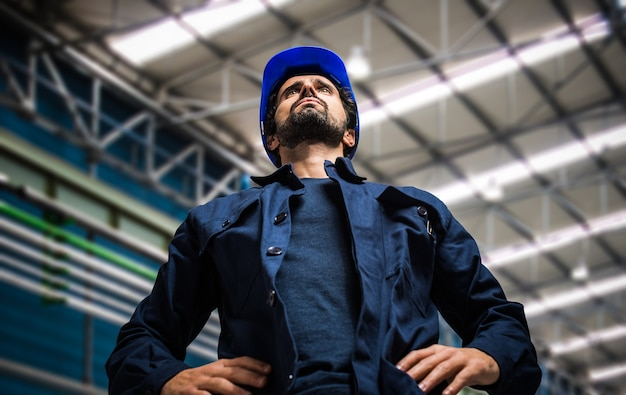 Retrato de trabalhador mecânico sorridente