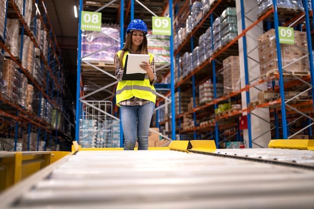 Retrato de trabalhadora de armazém ou supervisora trabalhando no departamento de armazenamento
