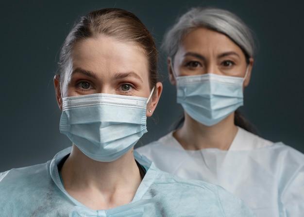 Retrato de trabalhadoras de saúde em equipamento especial
