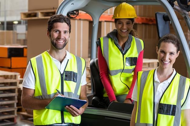 Retrato de trabalhadores de armazém e motorista de empilhadeira