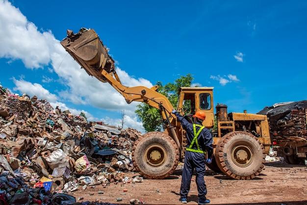 Retrato de trabalhadores de engenheiro industrial asiáticos com uma pilha de garrafas de plástico na fábrica