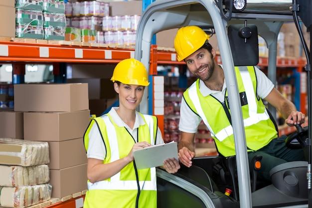 Retrato de trabalhadores estão sorrindo e posando durante o trabalho