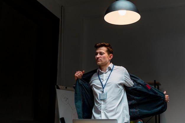 Retrato de trabalho de acabamento masculino adulto à noite