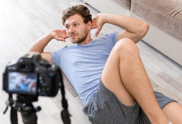 Retrato de treinamento de gravação masculino adulto em casa