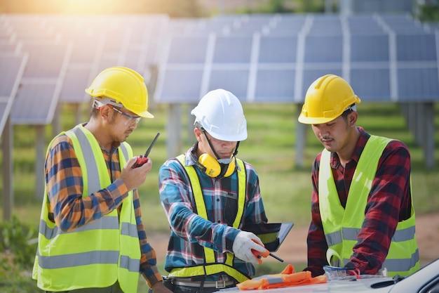 Retrato de três engenheiros em uma usina elétrica de canteiro de obras
