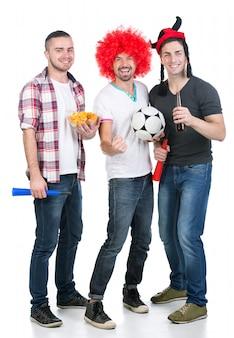 Retrato de três fan de futebol com bola de futebol.