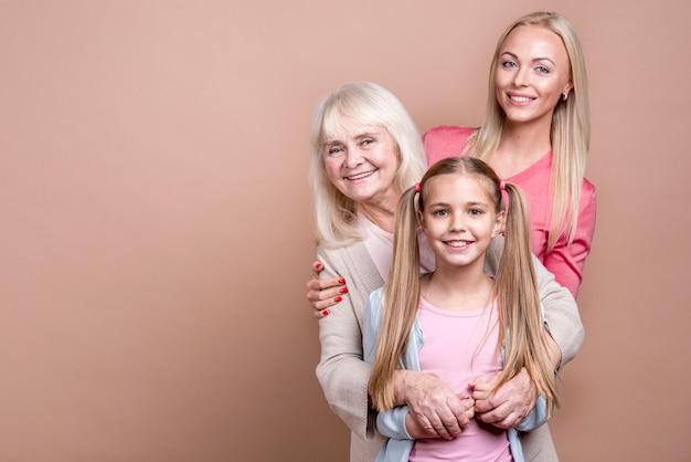 Retrato de três gerações de mulheres bonitas felizes e espaço de cópia