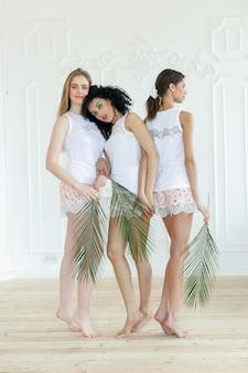 Retrato de três mulheres jovens com diferentes tipos de pele