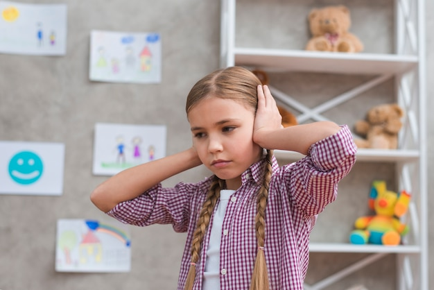 Retrato, de, triste, menina, cobertura, dela, orelhas, com, duas mãos