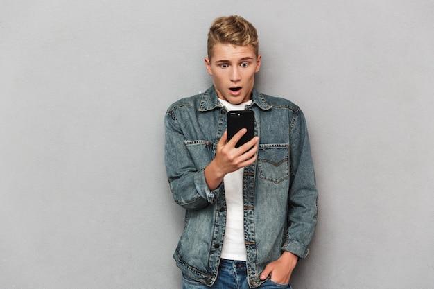 Retrato de um adolescente casual chocado