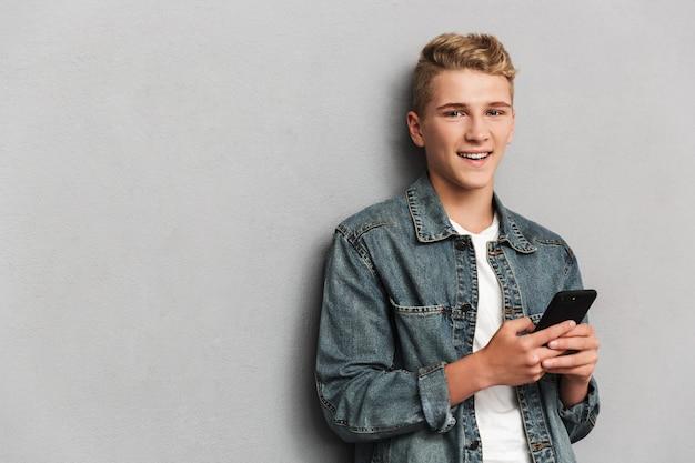 Retrato de um adolescente casual sorridente