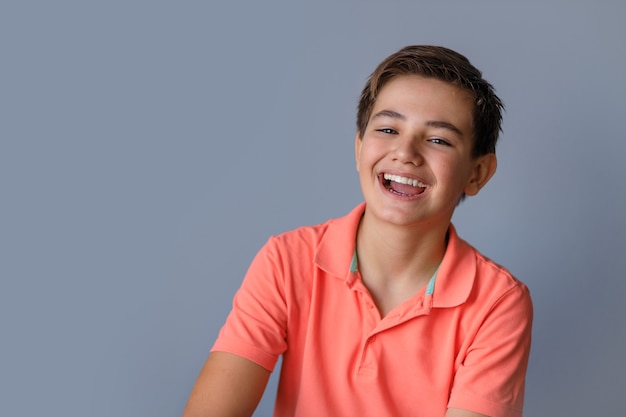 Retrato de um adolescente com emoções diferentes