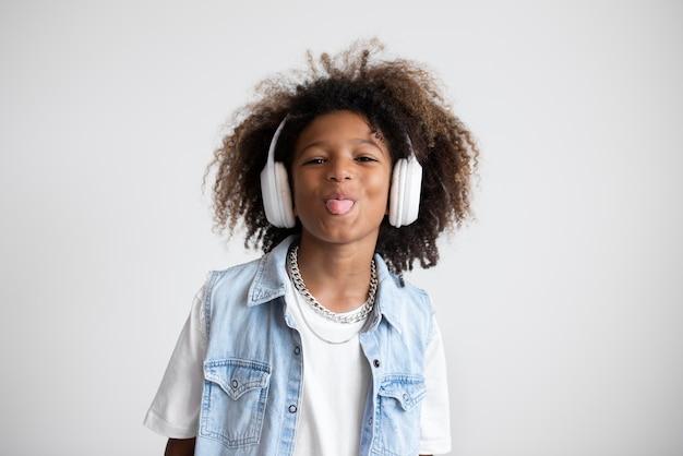 Retrato de um adolescente descolado com fones de ouvido